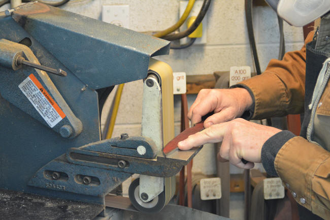 Profiling a knife blade to make it perpendicular on the flat platen